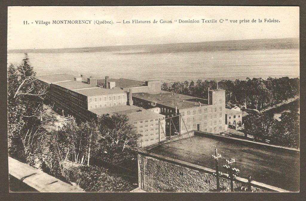 Chute Montmorency : la filature de la Dominion Textile, photo prise de la falaise, sur une carte postale de 1929. On aperçoit l'arrière de la centrale électrique, en bas à droite.
