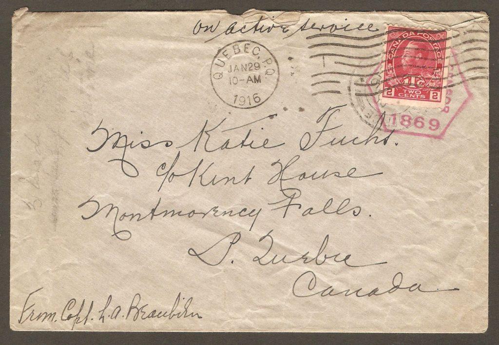 Enveloppe adressée à Miss Katie Fuchs, aux soins de l'hôtel Kent House. Elle a été postée, en 1916, le capitaine L. A. Beaubien, par un officier canadien, en service en Angleterre. C'était au cours de la Première Guerre mondiale. De plus, détail intéressant, l'enveloppe porte un cachet de censure, par-dessus lequel un timbre de taxe de guerre a été ajouté.