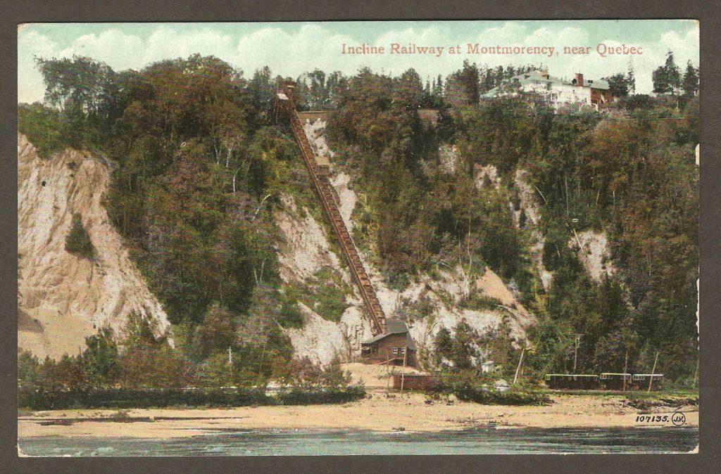 Carte postale colorée datant d'autour de 1908, éditée par The Valentine & Sons Publishing Co. Ltd. Elle présente une vue éloignée du funiculaire, à la chute Montmorency.