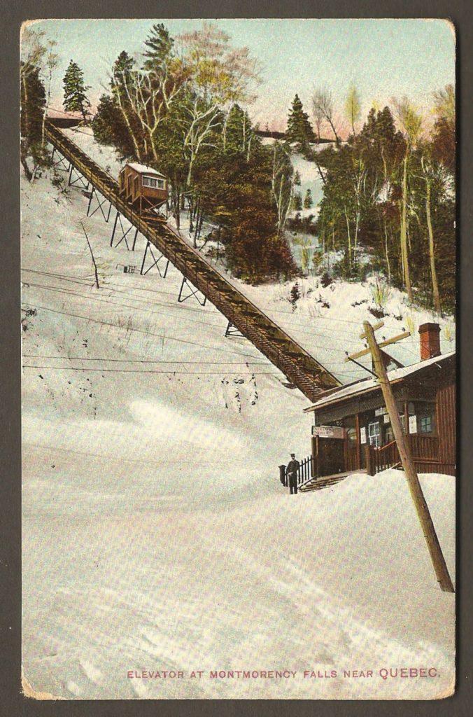 Vue rapprochée du funiculaire de la chute Montmorency sur une carte postale colorée de la Montreal Import Co. datant d'autour de 1908.
