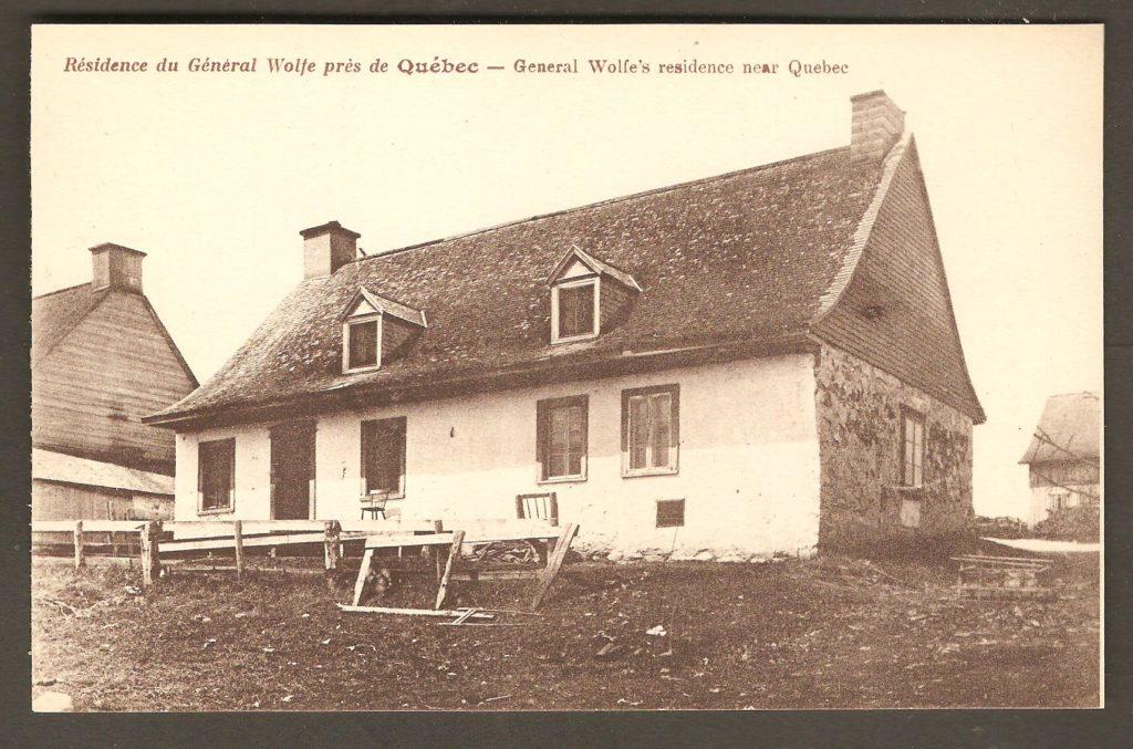 Une carte postale datant de 1925 environ. On y voit la façade sud de la maison qui aurait servi de quartier-général pour Wolfe à certains moment du siège de Québec. Cet emplacement fait maintenant partie de la municipalité de Boischatel. On y remarque la présence d'une cheminés à chaque extrémité.