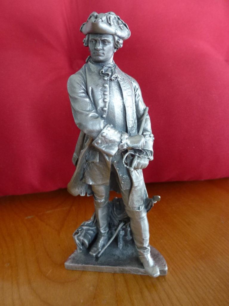 Statuette à l'effigie du chevalier François Gaston de Lévis, celui qui peut être considéré comme le vainqueur de la bataille de Montmorency. Celle-ci est la réplique fidèle d'un monument érigé sur la terrasse de Lévis et dévoilé le 19 juin 2013. L'Encyclopédie canadienne mentionne qu'il fut probablement l'officier français le plus compétent a avoir été dépêché au Canada pendant la guerre de Sept Ans.