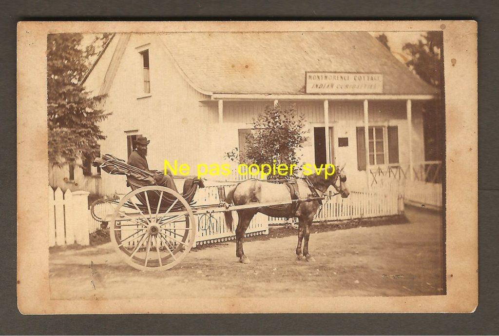 Carte de visite montrant une calèche arrêtée devant le « Montmorenci Cottage », où l'on pouvait trouver des « Indian Curiosities », selon la pancarte au-dessus de la porte. Ce bâtiment se trouvait probablement près du pont sur la rivière Montmorency, à peu de distance derrière le Kent House.