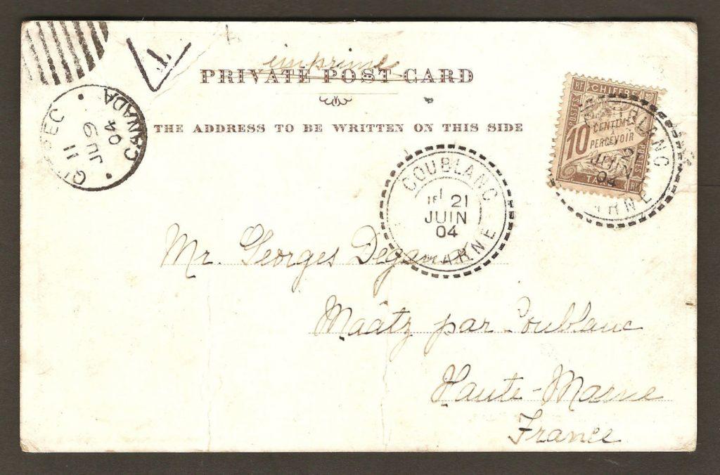 On remarque qu'un timbre-taxe français de 10 centimes a été collé à l'endos de la carte. Cette somme a donc dû être payée par le destinataire. C'est que le tarif carte-postale vers outremer était alors de 2¢ et qu'un seul timbre de 1¢ a servi d'affranchissement.