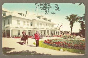 Site de la chute Montmorency. Carte postale datant de 1950 environ. On y voit une voiturette tirée par un poney devant l'hôtel Kent House. C'est particulièrement inusité puisque ces voiturettes pour touristes étaient la plupart du temps attelées à des chiens. Par ailleurs, un policier en uniforme rouge pose sur la photo.