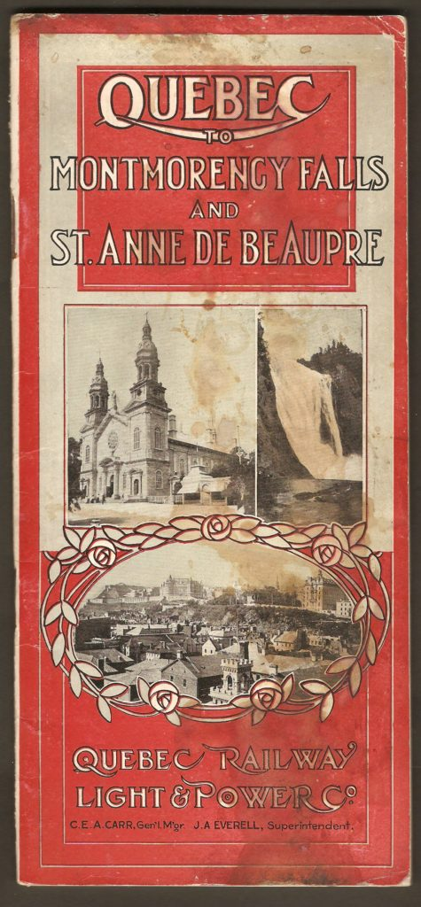 La couverture de la brochure illustrée de photographies montrant la chute Montmorency, la basilique de Sainte-Anne-de-Beaupré (la vieille basilique avant qu'elle soit détruite par le feu, en 1922) ainsi qu'une vue sur la ville de Québec.