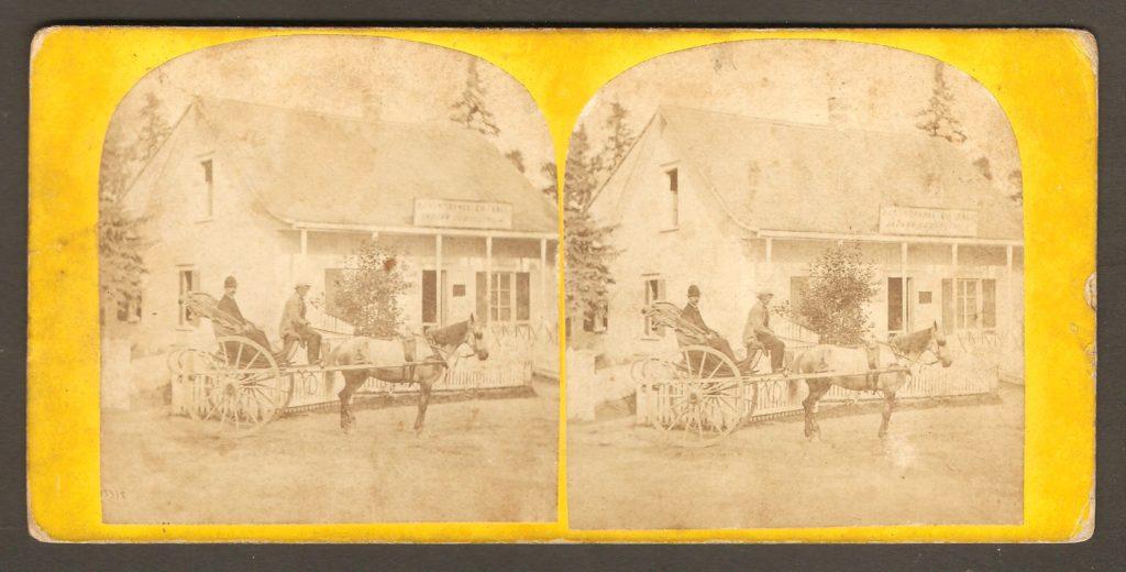 Un stéréogramme illustré d'une photo semblable à celle d'une CDV présentée plus haut. Une calèche est stationnée devant le « Montmorenci Cottage », près de la chute Montmorency.