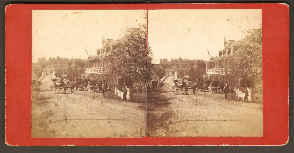 L'hôtel Bureau et le pont sur la rivière Montmorency sur un stéréogramme de L. P. Vallée datant d'autour de 1880.