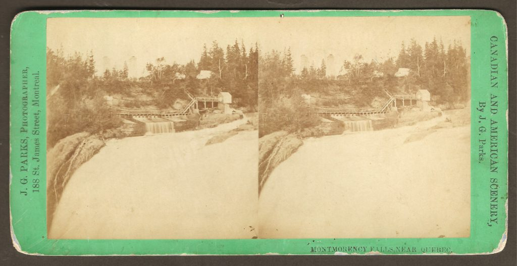 Stéréogramme de J. G. Parks « Montmorency Falls near Quebec ». On y voit le haut de la chute Montmorency, côté ouest. On note la présence de petits bâtiments, d'escaliers ainsi que d'une promenade.