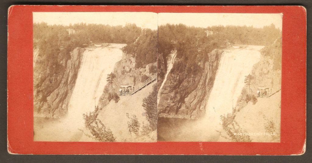 Stéréogramme de L. P. Vallée, présentant des photos prises du haut de la falaise, côté est. On y voit un poste d'observation et un escalier du même côté ainsi qu'un autre observatoire, paraissant tout petit, en face. Une note manuscrite au verso indique que c'était en août 1883.