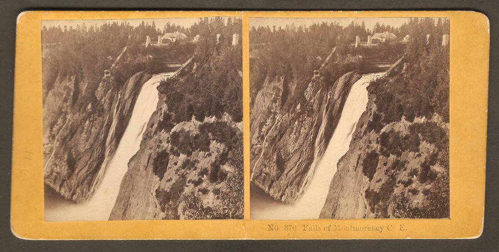 Stéréogramme des Kilburn Brothers (no 370) montrant la chute Montmorency vers 1870. On y remarque un poste d'observation et un escalier de part et d'autre de la chute.