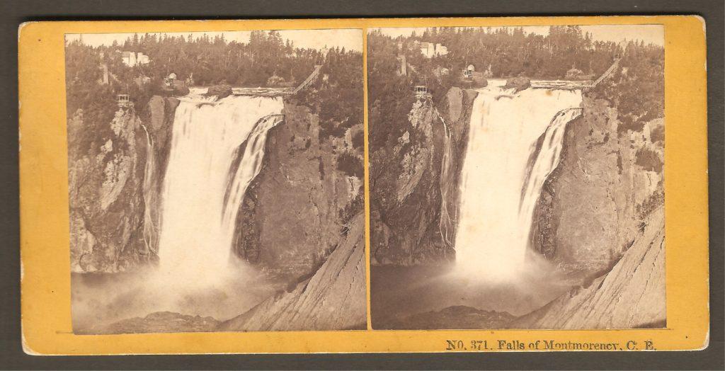 Un stéréogramme des Kilburn Brothers (no 371) montrant la chute Montmorency vers 1870. On y remarque une grosse roche sur l'arête de la chute, qui n'est plus visible aujourd'hui.