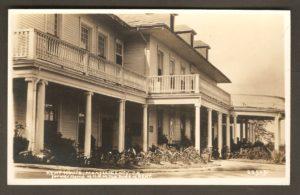Une autre carte postale Hayward montrant, cette fois-ci la façade du Kent House, vue de diagonale. C'était encore une fois dans les années 1930.