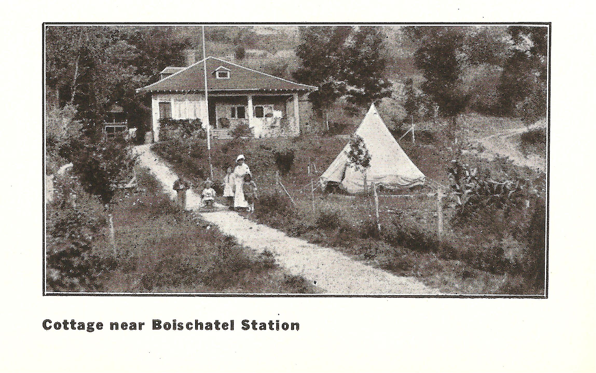 Une villa à proximité de la station de Boischatel de la Quebec Railway Light & Power Company. Elle a été tirée d'une brochure publicitaire de cette compagnie, publiée vers 1910. Par ailleurs, cette villa se trouve aujourd'hui à l'est du pied de la côte de Boischatel.