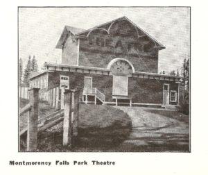 Photo agrandie du théâtre au parc de la chute Montmorency, vers 1915.