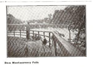 Photographie extraite de la page 18, où figure un visiteur, portant canotier, et observant la chute Montmorency à partir de la promenade longeant la falaise. On remarque également, en arrière-plan, le pont sur la rivière.