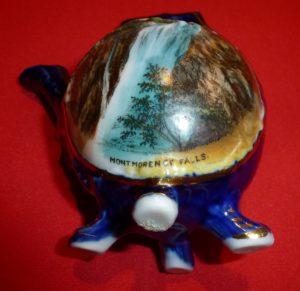 Superbe mini théière souvenir illustrée de la chute Montmorency et fabriquée en Allemagne vers 1950.