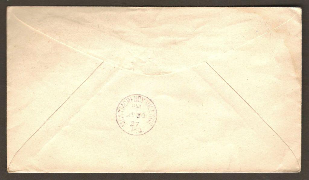 Une lettre adressée à M. Arthur Déchêne, à Saint-Grégoire (Montmorency) Village. Il s'agit d'une enveloppe préaffranchie (entier postal) de Postes Canada. Elle a été expédiée le 30 juillet 1927 à partir de St-Roch-de-Québec. Elle a été également reçue le même jour comme l'indique le cachet d'arrivée appliqué au verso. Par ailleurs, détail à noter : le centre du marteau d'oblitération de Saint-Roch (portant la date) a été placé à l'envers.