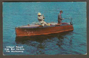 Une carte postale de type chrome, datant probablement des années 1950, avec une photo montrant des pêcheurs dans un hors-bord. Elle porte une inscription publicitaire d'Artisanat Beaupré qui tenait boutique au 4166, boul. Sainte-Anne, à Ville Montmorency. Cependant, la photographie n'a sans doute rien à voir avec Montmorency.
