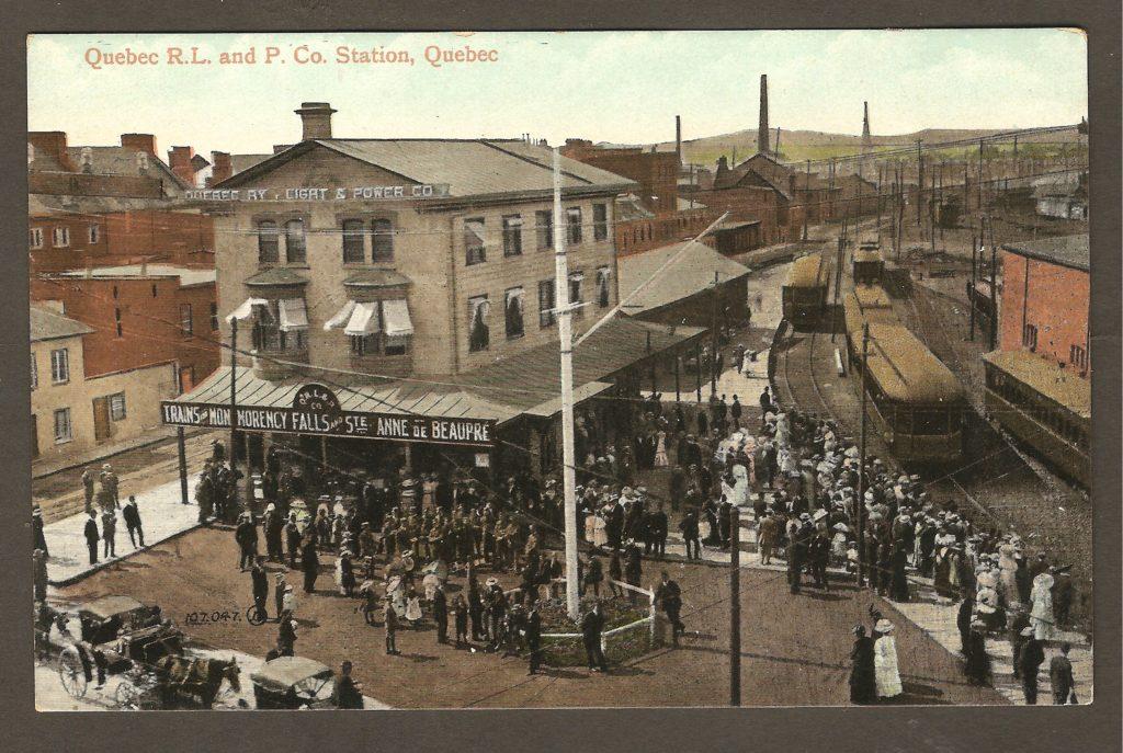 Photo colorée sur une carte postale publiée vers 1910 par The Valentine & Sons Publishing Co. Ltd. On y voit la gare de la Quebec Railway Light & Power Co., à Québec, qui desservait Montmorency et Sainte-Anne-de-Beaupré.