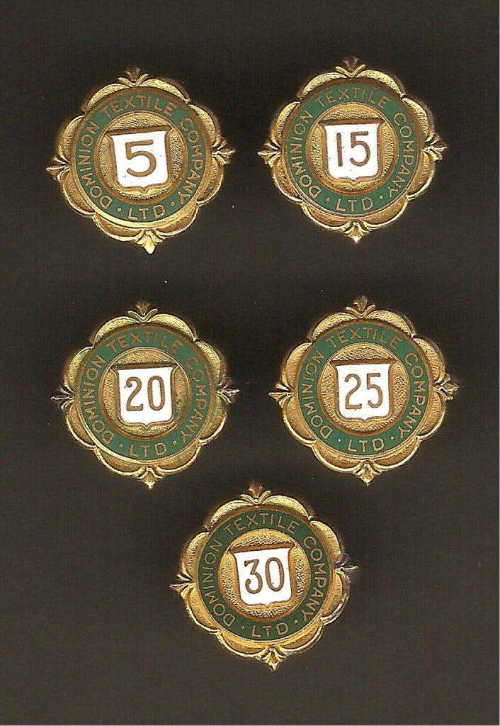 Épinglettes remises par la Dominion Textile à ses employés afin de souligner le nombre de leurs années de service.