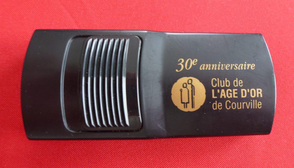 Lampe de poche souvenir distribuée vers l'an 2000 pour célébrer le 30e anniversaire du Club de l'Âge d'or de Courville.