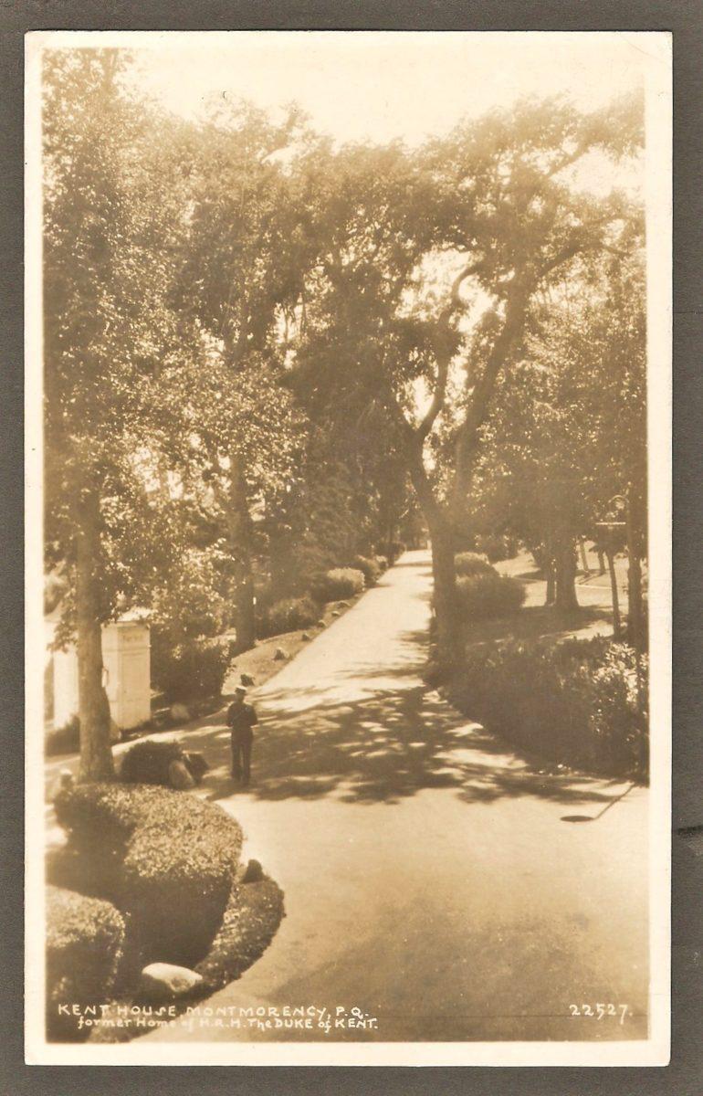 La même allée que sur la carte précédente, c'est-à-dire entre le Kent House et l'entrée du parc, à la jonction du boulevard des Chutes et de l'avenue Royale. Cette fois-ci la photographie est prise en sens inverse, donc à partir de l'hôtel.