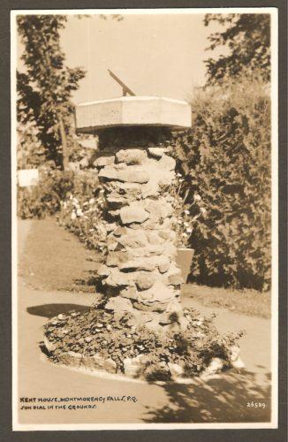 Un cadran solaire devant l'hôtel Kent House, vers 1930.
