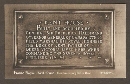 Une carte postale Associated Screen News Limited, publiée vers 1920-1930, montrant une plaque de bronze commémorative placée sur un mur de l'hôtel Kent House. Elle rappelait la présence, en ces lieux, du gouverneur général du Canada, de 1778 à 1786, ainsi que du duc de Kent, entre 1791 et 1794. Ce dernier a laissé son nom au site, pour une longue période.
