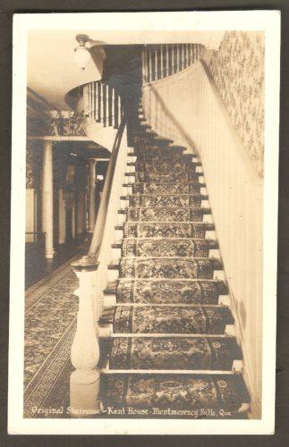 Carte postale des années 1930, où l'on voit l'escalier original du Kent House. On constate qu'il était alors étroit et sinueux.
