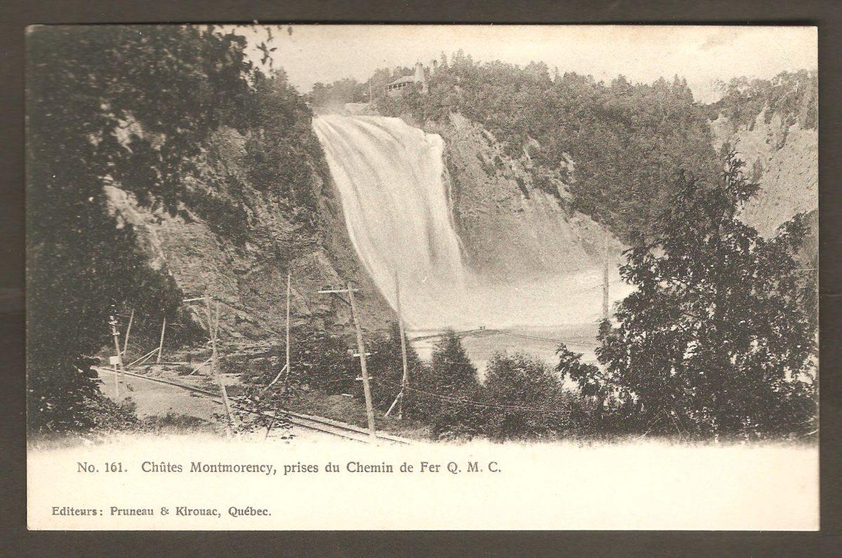 Remarquable carte postale éditée par Pruneau & Kirouac, de Québec, probablement vers 1910. On y remarque notamment, au coin inférieur gauche, le demi-tour de la voie ferrée, qui se trouvait au pied de la chute Montmorency. du côté ouest. La légende de la carte qualifie ce demi-tour de « prises du Chemin de fer Q. M. C. (Quebec Montmorency & Charlevoix) ». La Q. M. C. a débuté ses activités en 1889, En 1899, après l'acquisition de la Montmorency Electric Power Co., elle a pris le nom de Quebec Railway, Light & Power. Donc, au moment de la publication de cette carte, autour de 1905-1910, c'est cette raison sociale qui aurait dû figurer dans la légende.