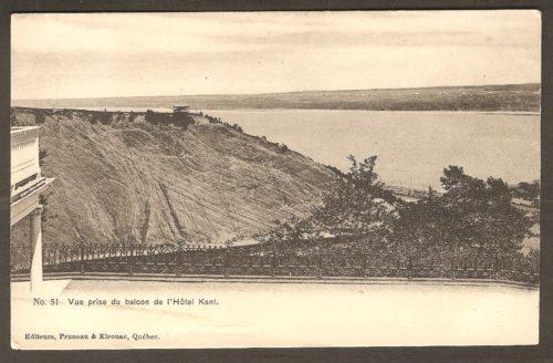 Une vue prise du balcon de l'hôtel Kent sur une carte produite vers 1905 par les éditeurs Pruneau & Kirouac, de Québec. On y voit notamment le kiosque qui se trouvait en haut de l'arête de la falaise, du côté est. Le fleuve Saint-Laurent et l'île d'Orléans sont également visibles, en arrière-plan.