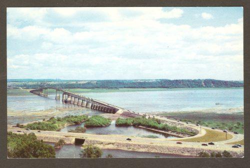 Une carte postale des années 1950 montrant le pont de l'île d'Orléans. On remarque, entre autres, la présence d'un poste de péage, à l'époque.