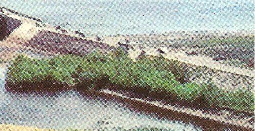 Agrandissement d'une portion de la carte postale, où l'on voit le poste de péage, au centre.