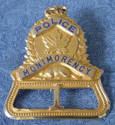 Insigne de casquette d'un policier de ville Montmorency. Vraisemblablement celle du premier policier de la municipalité, puisqu'elle porte le numéro 1. Elle date probablement des années 1940. Mais qui a été ce premier policier ?