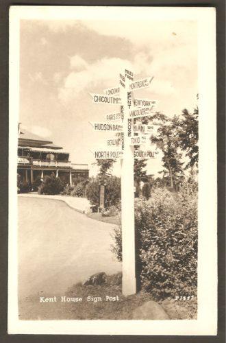 Un poteau indiquant la distance séparant le Kent House de quelques villes ou régions.