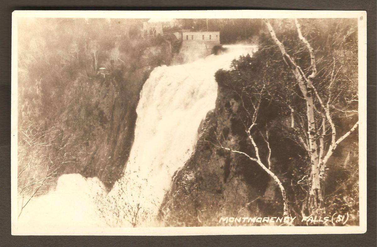 Carte postale de type « photo réelle » montrant la chute Montmorency à partir du haut de la falaise, côté est.