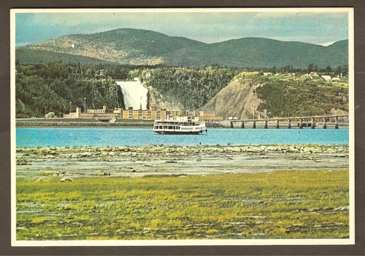 Carte postale des années 1980 montrant la Dominion Textile, derrière le navire de (courtes) croisières Louis Jolliet et devant la chute Montmorency.