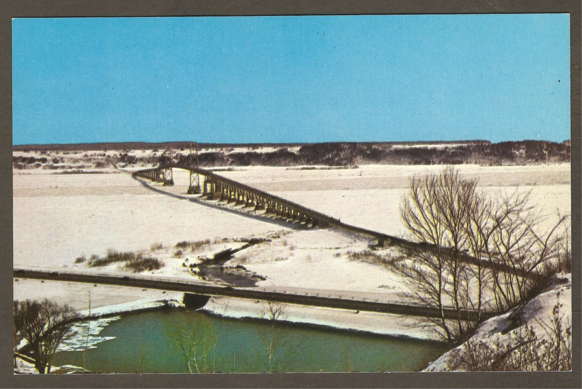 Le pont de l'île d'Orléans, en hiver, vu du domaine de la chute Montmorency, vers 1960-1965.
