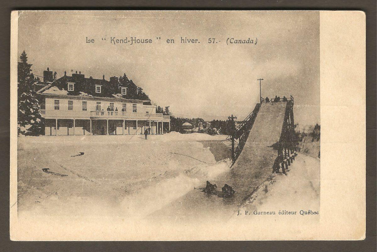 Carte postale de J. P. Garneau montrant la glissoire devant le Kent House, vers 1900.