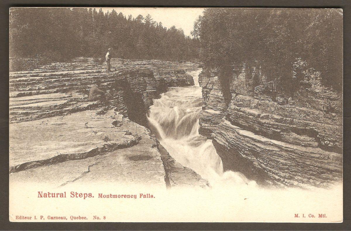 Les marches naturelles sur une carte postale à dos non divisé de J. P. Garneau et de la Montreal Import Co. Il s'agit donc d'une carte datant des années 1900-1905.