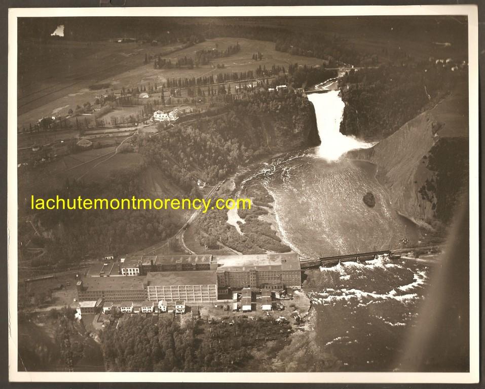 Une photo aérienne montrant la chute Montmorency et la Dominion Textile, vers 1940.