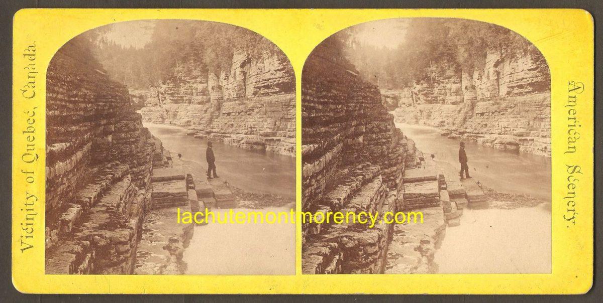 Un stéréogramme de la American Scenery Company montrant une section des marches naturelles peu souvent illustrée. Cette photo a été prise avant que cet endroit soit inondé lors de l'inauguration d'un barrage, en aval sur la rivière Montmorency.