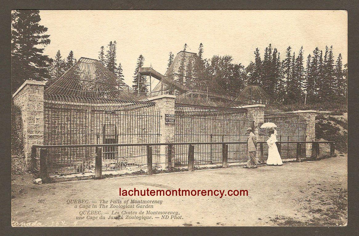 Carte Neurdein ND 207: Québec - Les Chutes de Montmorency, une Cage du Jardin Zoologique. Un couple chic de visiteurs, devant trois des cages du zoo Holt Renfrew. En arrière-plan, on peut également voir la structure de la glissade d'hiver. C'était aux environs de 1905-1910.