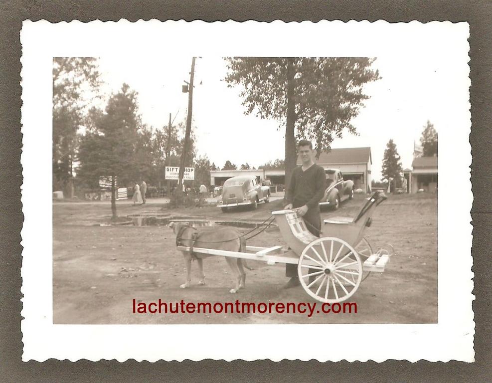 Photographie de petit format datant des années 1940. Un homme et sa voiturette se trouvent sur le terrain où allait être construite plus tard la taverne du Kent.