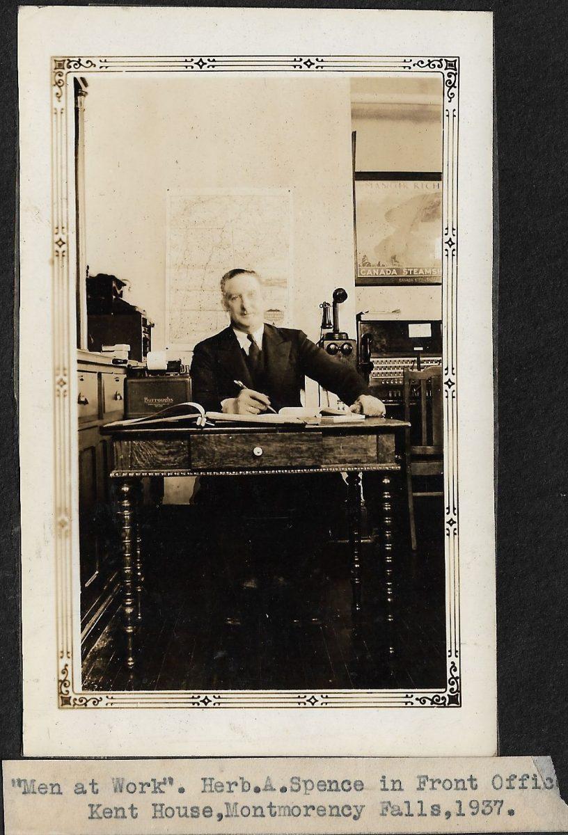 M. Spence, au travail au bureau d'accueil du Kent House, en 1937.   Mr Spence at work in front office of Kent House, 1937.