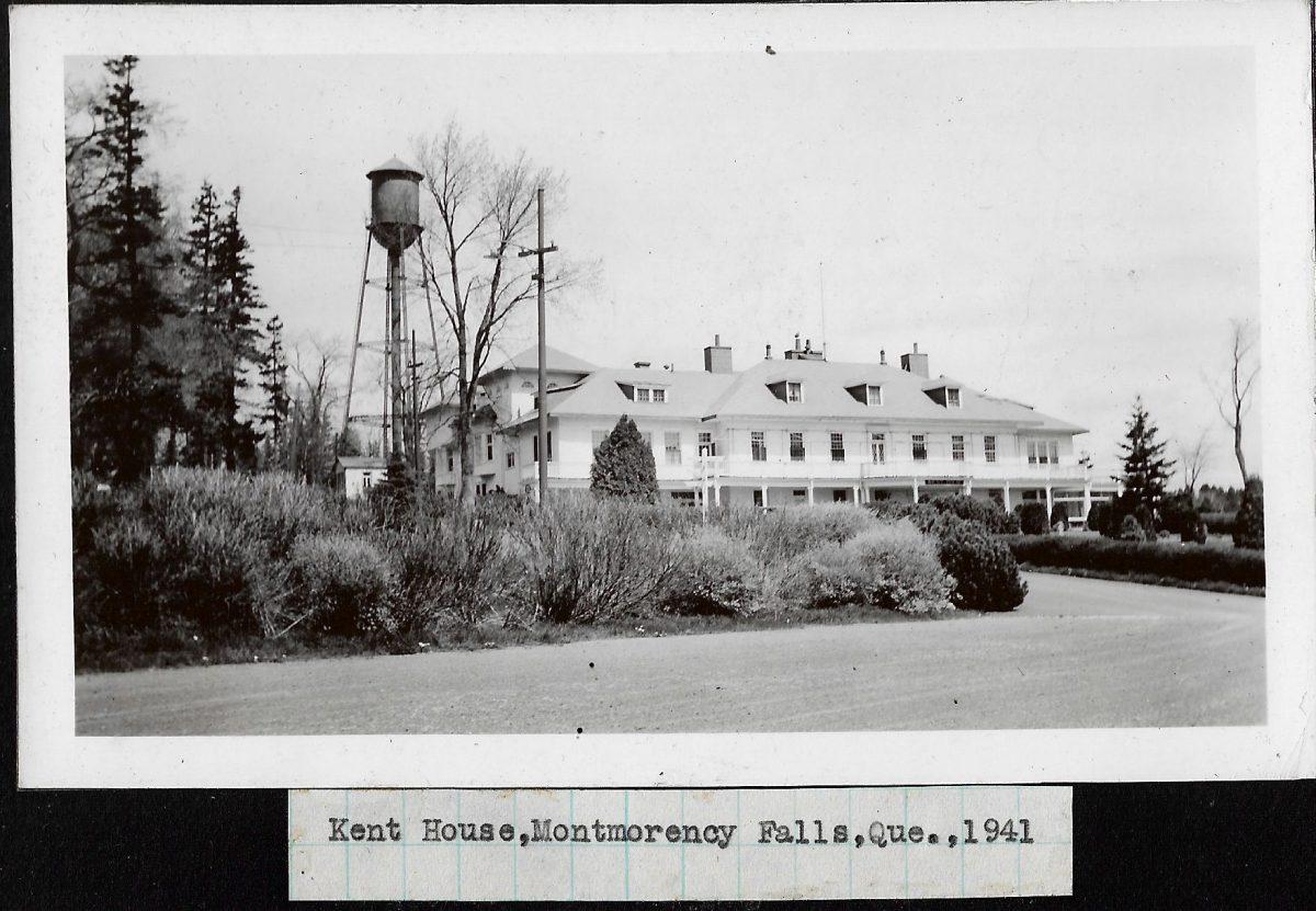 Façade de l'hôtel Kent House, en 1941. À noter, la présence du château d'eau à l'arrière du bâtiment.   Front of Kent House hotel in 1941. Note the water tower, behind the hotel.