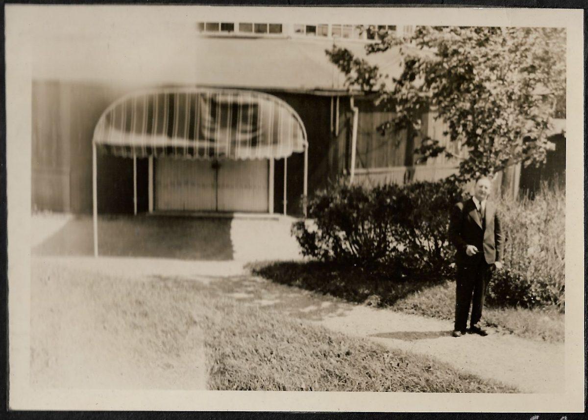 Mr. Spence, before the entrance of the dance pavilion.  M. Spence devant l'entrée du pavillon de danse.