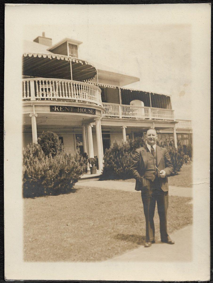 M. Spence, devant la façade de l'hôtel Kent House.   Mr. Spence before the front front of Kent House hotel.