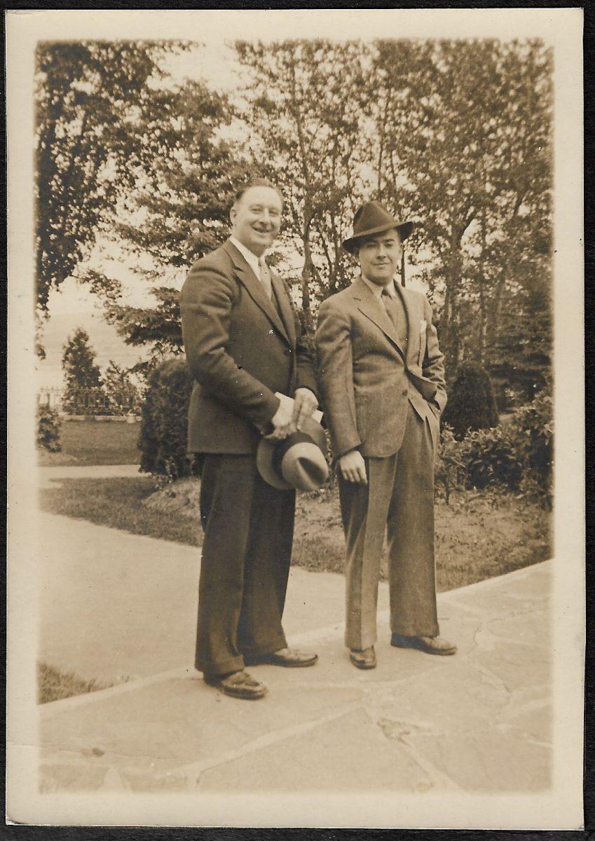 M. Spence et son collègue M. Peter Bureau, sur les terrains de l'hôtel Kent House.  Mr. Spence and his colleague, Mr. Peter Bureau, on the grounds of Kent House Hotel.